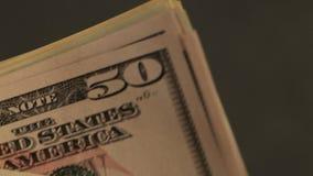 Zielone dolar notatki w mężczyzna ` s rękach Mężczyzna rozważa dużą paczkę dolarowe notatki zbiory
