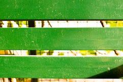 Zielone drewniane deski z liśćmi in-between Fotografia Royalty Free