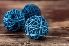 Zielone drewniane piłki na drewnianym tle Zdjęcie Stock