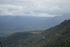 Zielone góry i biały niebo Zdjęcia Stock