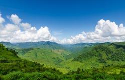 Zielone góry i niebieskie niebo z chmurami Zdjęcia Royalty Free