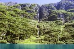 Zielone góry i siklawy w Sognefjord Scandinavia Norwegia Zdjęcia Stock