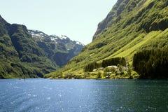 Zielone góry i siklawy w Sognefjord Scandinavia Norwegia Zdjęcie Royalty Free