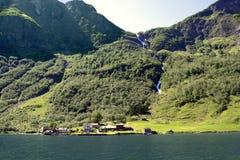 Zielone góry i siklawy w Sognefjord Scandinavia Norwegia Obrazy Royalty Free