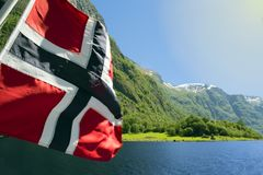 Zielone góry i siklawy w Sognefjord Scandinavia Norwegia Obrazy Stock