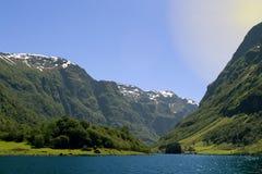 Zielone góry i siklawy w Sognefjord Scandinavia Norwegia Fotografia Royalty Free