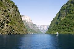 Zielone góry i siklawy w Sognefjord Scandinavia Norwegia Fotografia Stock