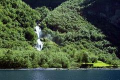 Zielone góry i siklawy w Sognefjord Scandinavia Norwegia Obraz Royalty Free