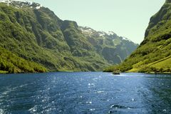 Zielone góry i siklawy w Sognefjord Scandinavia Norwegia Zdjęcia Royalty Free