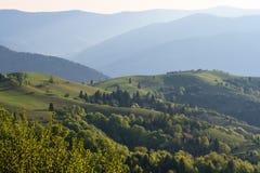 Zielone góry w błękitnej mgiełce Zdjęcia Royalty Free