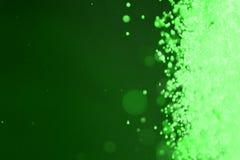 Zielone glansowane iskry jeden bocznej ramy bokeh tekstura - ładny abstrakcjonistyczny fotografii tło fotografia royalty free