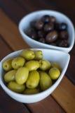 Zielone i czarne oliwki w ceramicznych garnkach Fotografia Royalty Free