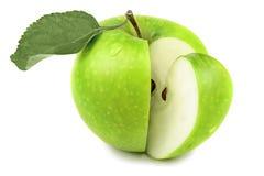 Zielone jabłczane owoc i połówka jabłko i zieleń opuszczają odosobniony na białym tle Fotografia Stock