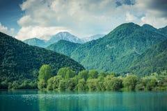 Zielone lasowe nakrywkowe góry przy Najwięcej na Soci, Slovenia obrazy stock