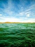 Zielone ocean fala, niebieskie niebo z chmurami i Obrazy Royalty Free
