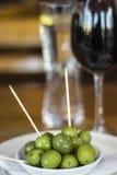 Zielone oliwki i czerwone wino Fotografia Stock