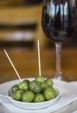 Zielone oliwki i czerwone wino Obrazy Stock