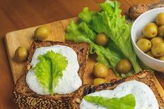 Zielone oliwki i jarosz kanapki z domowej roboty chlebem, serowy kumberland Obrazy Royalty Free