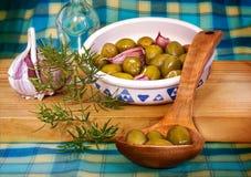 Zielone oliwki na drewnianej łyżce, Śródziemnomorska dieta Obraz Stock