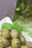 Zielone oliwki na drewnianym biurku Zdjęcia Royalty Free