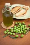 Zielone oliwki, olej i chleb, Zdjęcie Stock