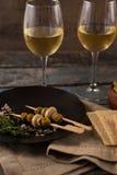 Zielone oliwki słuzyć w talerzu krakers z białym winem Fotografia Royalty Free