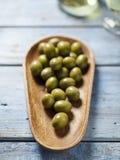 Zielone oliwki w drewnianym pucharze Fotografia Royalty Free