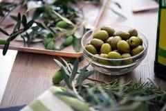 Zielone oliwki w pucharze słuzyć dla przekąski Zdjęcie Royalty Free
