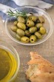 Zielone oliwki w pucharze z świeżymi rozmarynami słuzyć dla przekąski Obraz Stock