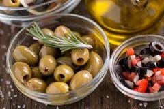 Zielone oliwki w pucharze z sałatką z warzywami słuzyć dla s Zdjęcia Stock