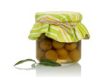 Zielone oliwki w słoju Obrazy Stock