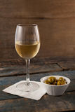 Zielone oliwki w zbiorniku białym winem Obrazy Royalty Free