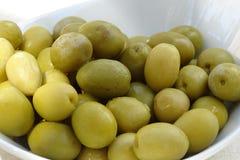 zielone oliwki zamknięte up w talerzu Zdjęcia Stock