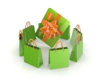 Zielone paczki wokoło kredytowej karty. Zdjęcie Stock
