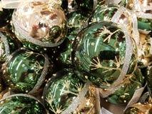 Zielone piłki z ornamentem zdjęcia stock