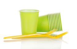 Zielone plastikowe filiżanki i żółty rozwidlenie odizolowywający na bielu Obrazy Royalty Free