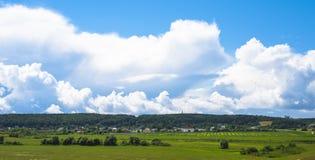 zielone pola niebieskiego nieba scenerii lato Obrazy Royalty Free