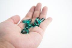 Zielone rybiego oleju kapsuły na ręce Zdjęcie Stock