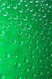 Zielone wodne kropelki na szkle zamykają w górę makro- strzału dni dżdżyści zdjęcia stock