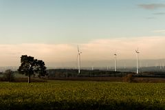 Zielonego środowiska panoramy drzewny widok nad wiatrowego gospodarstwa rolnego krajobrazem w Niemcy z białymi generatorowymi tur zdjęcie royalty free