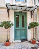 Zielonego domu flowerpots i drzwi Fotografia Royalty Free