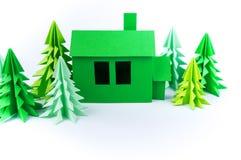 Zielonego domu papierkowej roboty pozycja na białym tle Papierowy rzemiosło zdjęcie stock