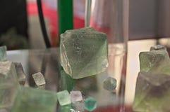 Zielonego fluorytu ośmiościanu Naturalni kryształy na szkło stole zdjęcia royalty free