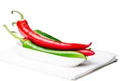 Zielonego i czerwonego chili pieprze odizolowywający Zdjęcia Royalty Free