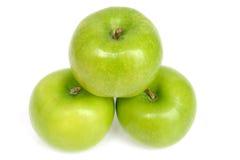 3 Zielonego jabłka z wodnymi kroplami Zdjęcia Royalty Free