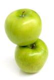 2 Zielonego jabłka z wodnymi kroplami Zdjęcia Royalty Free