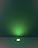 Zielonego koloru tło z oświetleniową żarówką Obrazy Stock