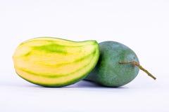 Zielonego mango strugający i świeży zielony mango na białego tła zdrowym owocowym jedzeniu odizolowywającym Obraz Stock