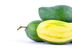 Zielonego mango strugający up i świeży zielony mango na biały zdrowy owocowy jedzenie odizolowywającym tła zakończeniu Obrazy Royalty Free