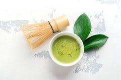 Zielonego matcha herbaty i napoju herbaciani akcesoria na białym tle Fotografia Stock